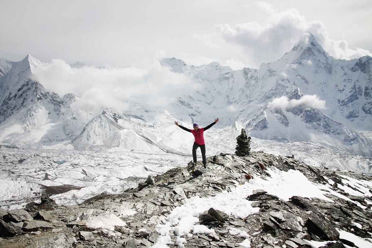 na przełęczy pod Chuckung Ri z widokiem na Amadablam za plecami